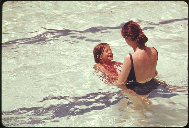 800px-MOTHER_AND_DAUGHTER_IN_A_PUBLIC_SWIMMING_POOL_IN_WASHINGTON,_DISTRICT_OF_COLUMBIA_-_NARA_-_555649